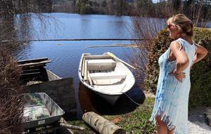 Mona Furöstam har fått se båten flytta närmare huset vid Ljungan, nu till en plats där det vanligtvis ligger en boulebana.