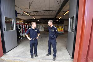 Räddningsledningen med Johan Szymanski och Peter Bäcke lämnar som sist av staben de lokaler som varit ledningsbas under tre veckor.