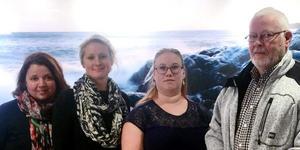 Miriam Malm (V), Emma Solander (MP), Elenore Österberg (V) och Bengt Holwaster (MP) ska hjälpa varandra för att bli representerade och ha insyn i de kommunala nämnderna. Foto: Privat