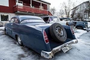 Många bilar har passerat genom garaget. Några av dem har fått smaka på Johnny Karlssons kreativa sida. En av bruksbilarna är en Opel Rekord från 1962 som både blivit sänkt och förlängd.