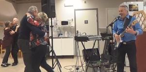"""Karin Vinter med Lars-Åke Uhlin och Lisbeth Winter med Kjell Kjellsson blev vägvisare genom att snabbt vara uppe på golvet till Kent Sundbergs vädjande """"Ensam jag är"""". Foto: Kjell Larsson"""