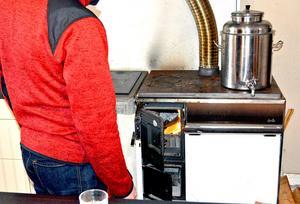 Vedspisen är viktig för att värma huset, laga mat och för att värma vatten.