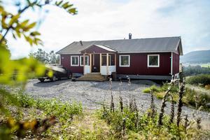På tio timmar var huset ihopsatt. En ny entré har tillkommit sedan flytten till tomten i Västerhusänget.