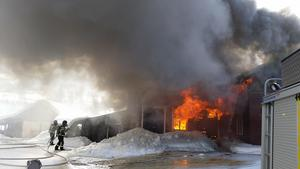 Det var en fullt utvecklad brand när brandkåren kom till platsen. Brandkårens fokus blev därför snabbt att fokusera på att förhindra spridning.Foto: Räddningstjänsten Jämtland