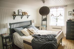 Föräldrarnas sovrum på övervåningen är litet men mysigt.