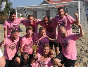 Mäklarhusets första seger i beachcupen någonsin och det var naturligtvis lagets duktige målvakt Markus Nordlund som lade beslag på pokalen.