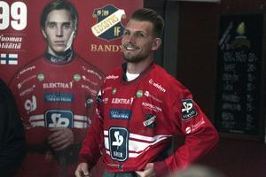 Simon Jansson möttes av applåder när han gjorde entré i ett fullsatt Kafé Kuben i Svenska Fönster Arena.
