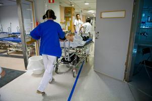 Lennart Uggeldahl har på nära håll fått uppleva hur personalen sliter för patienternas bästa. Bild: Bertil Ericson/TT
