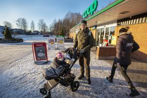 Viktor Hemgren med dottern Astrid i vagnen är föräldraledig. – Vi hittade ett hus som vi gillade. Det spelar roll vilket område vi bor i, det är viktigt att det känns tryggt.