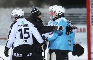 Sandsjö klappas om av Magnus Muhrén, Linus Pettersson och mannen med isskägget, Daniel Mossberg.