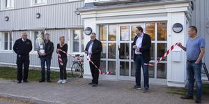 Bandet klipps och Håstängs gård är invigd.