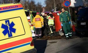 Tre personer var inblandade i en bilolycka på söndagen. Två bilar krockade i korsningen Litsvägen och Samuel Permans gata i Östersund. Foto: Håkan Luthman