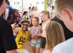 Sean Banan tar selfies tillsammans med fansen där flera hundra köade.
