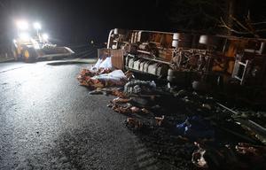 En olycka på en Europaväg. En lastbil med släp välte så den låg över vägen. Foto: Johan Nilsson / TT.