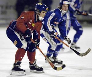 Nikolaj Jarovitj spelade i Edsbyn i två omgångar på 90- och 00-talet. Sista säsongen i Sverige gjorde han 2003/2004 – säsongen som blev starten på Edsbyns gulddynasti. Bilden är från januari 2003. I bakgrunden skymtar Vänersborgsprofilen Alexander Mayborn. Foto: Johan Främst / Scanpix