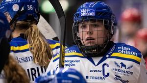 En besviken lagkapten, Hanna Sköld, efter raset i tredje perioden borta mot Luleå. Foto: Daniel Eriksson/Bildbyrån.