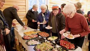 Efter gudstjänsten bjöd kyrkan på mingel och plockmat.
