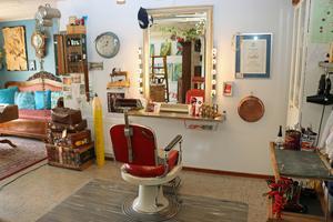Den här stolen har en gång tillhört Ytterbergs frisersalong i Gävle. Pia Möller-Andersen fick tag i den när hon gjorde sin praktik  på salongen Lekri i Sandviken.