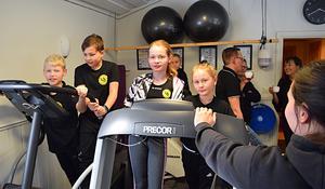 Några ungdomar testar redskapen  inne i det gym som redan gett föreningen ett lyft.  Och nu ska öv er två miljoner satsar på Djurmos centralt och högt belägna idrottsplats.