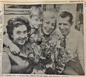 Grattis Ann, sa mamma Inga, lillebror Ulf och pappa Axel Stenkvist i Kvissleby när det stod klart att dottern Ann blivit vald till Medelpads lucia.           ST 7 december 1968.