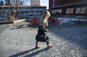 Barn som behöver hjälp mot psykisk ohälsa ska få ökat stöd, skriver debattörerna. Foto: Fredrik Sandberg/TT