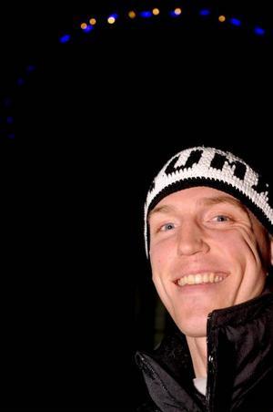 En glad lax. Alltid en glad lax. Björn Ferry har inte valt att satsa på skidskytte enbart av den anledningen att han jagar framgångar. Helt uppenbart är att han verkligen trivs med livet som ambulerande yrkesidrottare. Foto: Hans-Råger BergströmTävlingarna i Antholz (ovan) blev en stor galaföreställning av Ferry som födde, kanske orimliga, förväntningar.