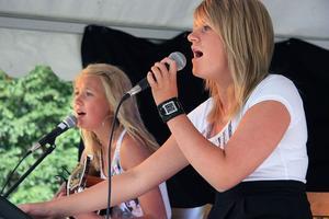 Systrarna Hanna och Emmy Ingesson framförde bland annat Jordin Sparks och Chris Browns No air och Eagles Hotel California.