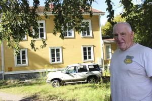 5 september. Bert Nyström, 78, trodde han kallats till mötet med Trafikverket för att myndigheten ville få hans tillstånd att fälla ett par träd på hans tomt vid Valhallavägen 24 i Ludvika. Istället underrättades han om att huset riskerade att bli tvångsinlöst och rivet.
