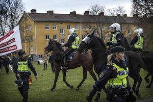Här rider poliserna mot motdemonstranterna som mötte NMR redan i början av Hagavägen.