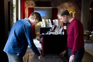 Emil Maxén och Peter Norberg arbetar båda som värdar. Här diskuterar de Stenstans arkitektur.