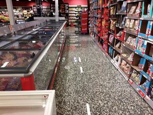 Inne på Ica Supermarket är det översvämning.