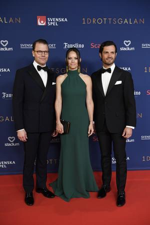 Kungligt på röda mattan. Prins Daniel och prins Carl Philip flankerar prinsessan Sofia från Älvdalen. Foto Janerik Henriksson / TT