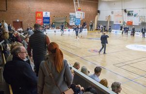 Publiken sitter nära planen och kan stötta sitt lag. Köping Stars värmer upp.