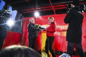 Gösta Jonsson var mer än nöjd när han gratulerades av Jesper Blomqvist.