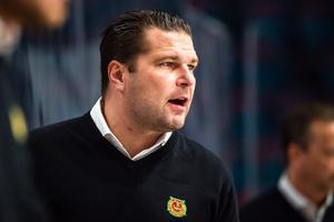 Tomek Valtonen och Mora IK fick ingen rolig kväll i Södertälje – men den nya tränaren hoppas snart kunna lugna ner läget i laget. Foto: Bildbyrån
