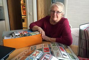 Ulla Pålsson har drygt 3 000 kort insatta i pärmar med platsfickor. Utöver det har hon även cirka 300 hela kortlekar.