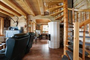 På nedre plan finns tre rum och ett kök. Trätrappan leder upp till ytterligare två rum. Foto: Richard Ström/Bostadsfotograferna