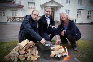Jonas Olofsson, Thimmy Wallgren och Monika Sundström förbereder experimentet med att tillverka egen grillkol.