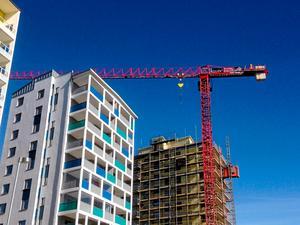 Debattören beskriver en illa fungerande bostadsmarknad och en snabb befolkningsökning.