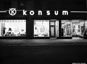 1937. Konsum på Drottninggatan 15-17. Foto: Eric Sjöqvist, Örebro. (Bildkälla: Örebro stadsarkiv)