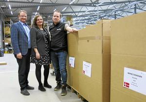 Lars Beckman, rmoderat riksdagsledamot från Gävle, Eva Cooper, Företagarna och Joerl Svensson, Partykungen, vid några lådor i företagets stora lager i Ersbo som fylls för att gå på export.
