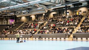 Jonathan Hedström föreläste i innebandyhallen på Gavlehov för elever från Prolympia.