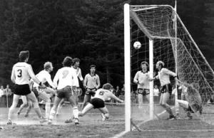 Under seriespelet i division tre 1980 svarade Stuguns BK för en riktig kämpamatch mot Ope på hemmaplan och ledde länge med 1-0. Här får de dock kapitulera inför övermakten när Lennart Hedström, Mats Lindvall och Börje Forsberg är framme och samarbetar i Stuguns straffområde. Stuguspelare n inne i målet är Tord Sahlin och vid stolpen syns Leif Andersson.