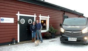 Marie Westberg och Mikael Westberg  vill bli ett center för för hovslagare hemma på sin gård i Hällby. Foto: Privat
