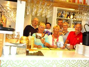 Sven-Rogers med sin fans innanför bardisken på Saltmagasinet. Från vänster Tommy Svärdefalk, Lisbeth Winter, Kjell Scherman, Karin Vinter, Kjell Larsson, Jennie Öberg, Per-Ove Ögren. Foto: Kjell Larsson