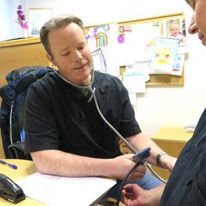Läkaren Peter Fågelsköld är en av ett 30-tal personer som arbetar på Hälsopartner hälsocentral i Sandviken.