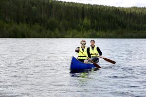 David och Martin Rohde passar på att provpaddla på Ljungan inför lördagens Cypakutsi.