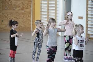 Här dansar barnen till Tvillingen av Darin.