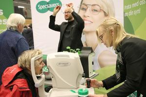 Ingegerd Lööv från Lindesberg testade synen hos optikerassistenten Ulla-Karin Dahl.