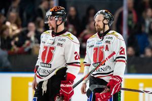 Marcus Weinstock deppar, tillsammans med Aaron Irving, efter Örebro Hockeys nionde raka förlust i Scandinavium. Foto: Michael Erichsen/Bildbyrån